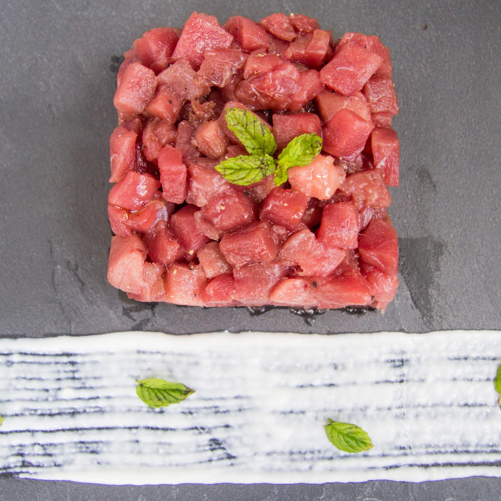 tartare di tonno con crema di burrata e menta
