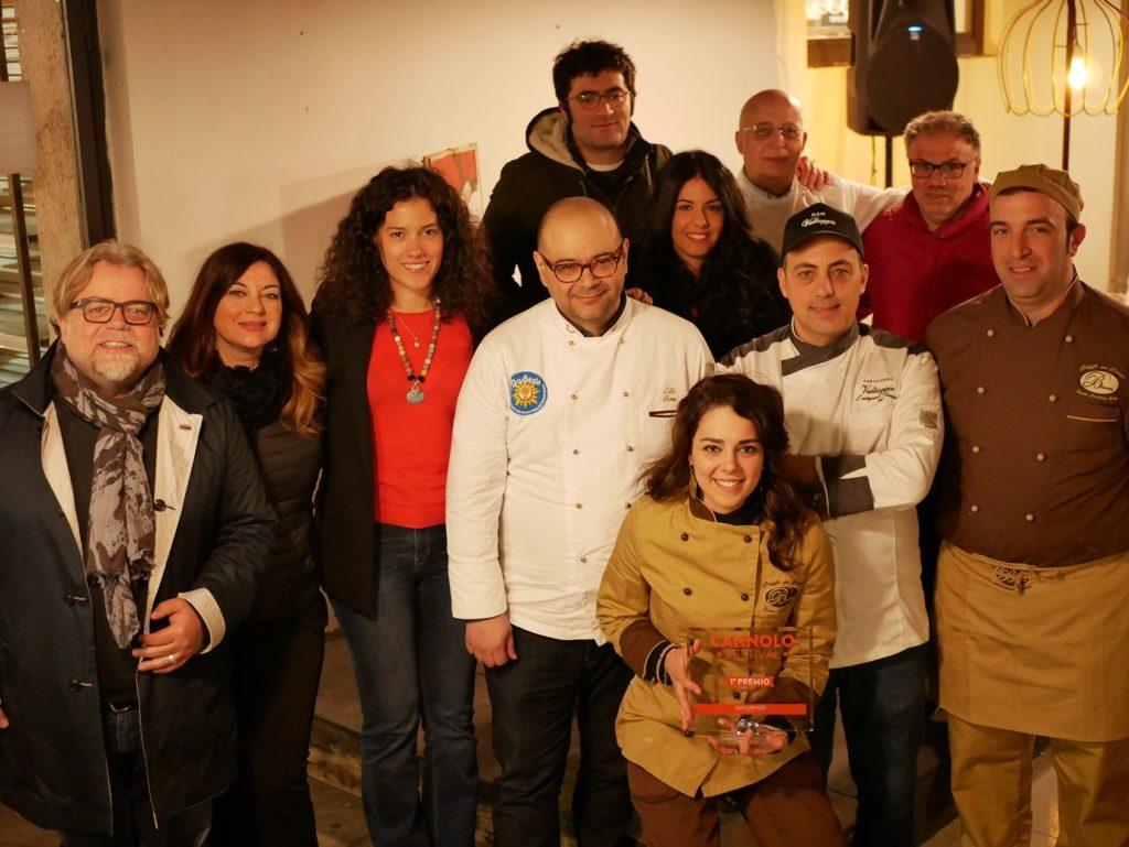 La giuria insieme ai due vincitori: Caffè del Corso Fratelli Biscari e Bar Vultaggio - Cannolo Festival